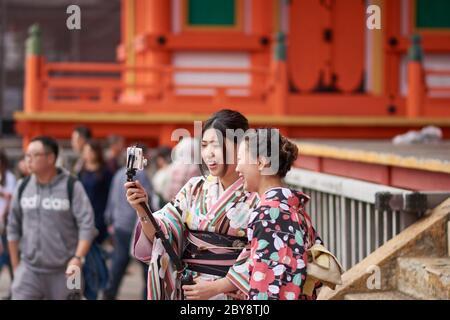 Kyoto / Giappone - 3 novembre 2017: Graziose ragazze giapponesi vestite in kimono tradizionale, scattando selfie al tempio Kiyomizu-dera a Kyoto, Giappone Foto Stock