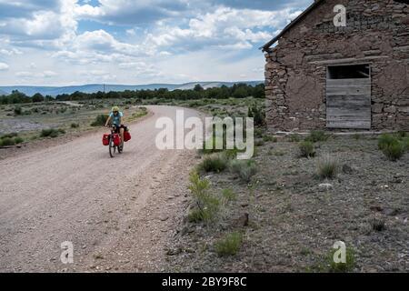 NM00127-00...NUOVO MESSICO - la sorgente Vicky che percorre la Great divide Mountain Bike Route passa da una chiesa di Malta e soletta lungo la Forest Road 214.