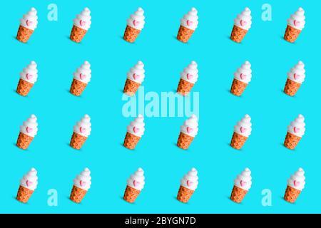 Motivo senza cuciture luminoso e vivace realizzato con una tazza di gelato su sfondo azzurro. Concetto estivo minimale alla moda. Foto Stock