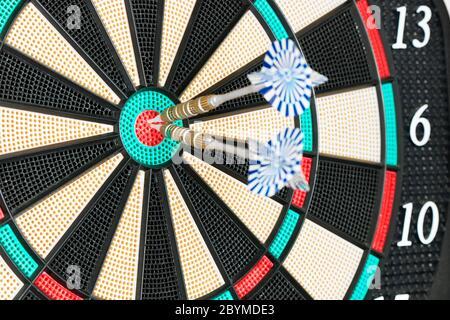 Due frecce al centro DI UNA scheda Dart. Successo concettuale, business, sport Foto Stock