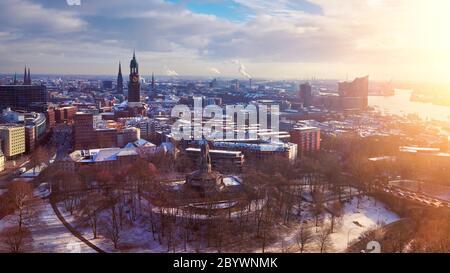 Vista panoramica panoramica dalle Torri Dancing su Amburgo sotto la neve in inverno con la Chiesa di San Michele (in tedesco: San Michele), Speicherstadt, porto, A.