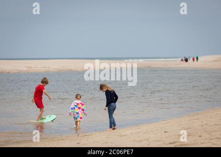 11 giugno 2020, Schleswig-Holstein, Kampen (Sylt): Tre bambini giocano sulla spiaggia 'Buhne 16' vicino a Kampen on Sylt. Giovedì il Ministro Günther dello Schleswig-Holstein ha visitato l'isola del Mare del Nord per avere un'idea della situazione attuale dell'isola. (A dpa ''molto disciplinato' - Sylt ben preparato per la stagione') Foto: Christian Charisius/dpa Foto Stock