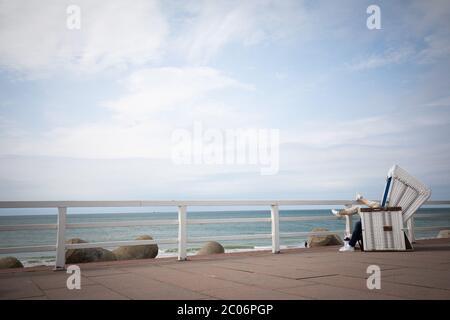 11 giugno 2020, Schleswig-Holstein, Westerland/Sylt: Due ospiti si trovano su una sedia da spiaggia sul lungomare di Westerland su Sylt. Giovedì il primo ministro Günther dello Schleswig-Holstein ha visitato l'isola del Mare del Nord per avere un'idea della situazione attuale dell'isola. (A dpa ''molto disciplinato'' - Sylt ben preparato per la stagione') Foto: Christian Charisius/dpa Foto Stock