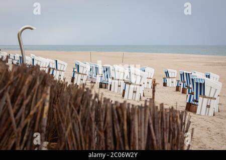 11 giugno 2020, Schleswig-Holstein, Kampen (Sylt): Sedie da spiaggia vuote si trovano sulla sezione spiaggia 'Buhne 16' vicino a Kampen su Sylt. Giovedì il Ministro Günther dello Schleswig-Holstein ha visitato l'isola del Mare del Nord per avere un'idea della situazione attuale dell'isola. (A dpa: ''molto disciplinato' - Sylt ben preparato per la stagione') Foto: Christian Charisius/dpa Foto Stock