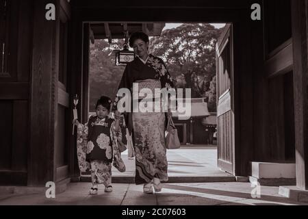 Madre giapponese e figlia in kimono tradizionale in una passeggiata di Domenica nel Santuario Meiji Jingu a Tokyo Foto Stock