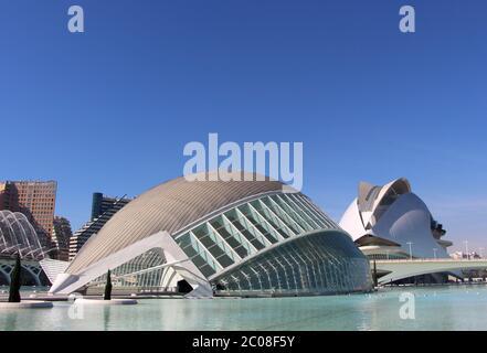 Vista della reina Hemisferic e Palau de les Arts edifici di sofia presso la Città delle Arti e delle Scienze su Una giornata di sole architettura moderna Valencia Spagna