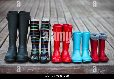 Cinque paia di uno stivale da pioggia colorato Foto Stock