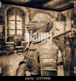 Vestito medievale di armatura nel vecchio castello belga.