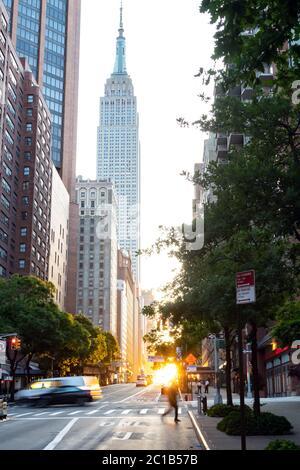 Tramonto sulla 42nd Street nel centro di Manhattan con la luce del tramonto che splende tra gli edifici dello skyline di New York City a New York Foto Stock