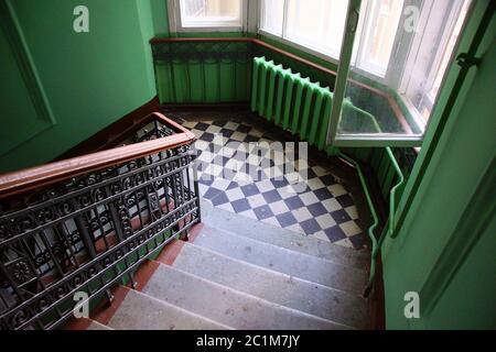 Frammento dell'interno della scala in una casa di appartamenti in stile Liberty in via Lenin