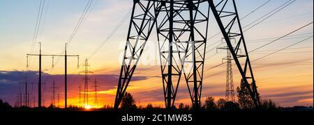 Linee elettriche sull'intestazione Sunset. Concetto di ambiente finale di distrupuution di elettricità Foto Stock