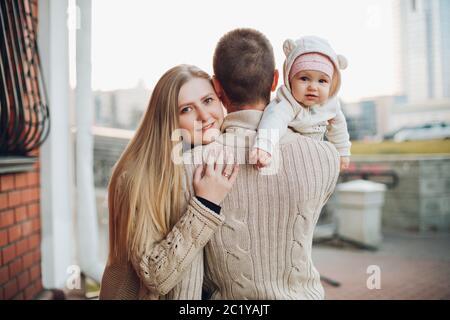 Giovane famiglia felice sorridente in telecamera e di stare insieme. Foto Stock