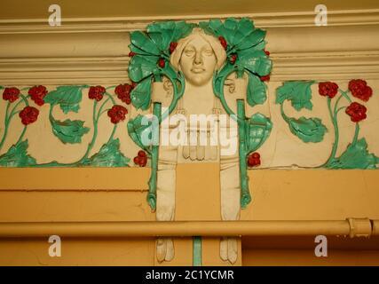 Frammento di decorazione delle pareti sulla scala principale dell'edificio in stile Art Nouveau sulla 7 ° strada Krasnoarmeiskaya
