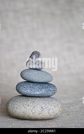 ciottoli a forma di cuore sulla cima di pietra cairn con spazio per la copia Foto Stock