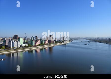 Pyongyang, DPR Corea del Nord e Taedong River nella nebbia mattutina. Vista verso monte, moderno complesso residenziale, ponte di Taedong e Juche Towe