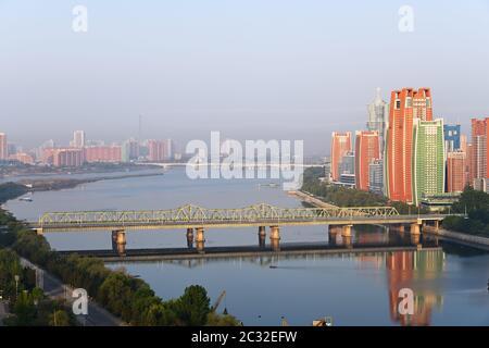 Pyongyang, DPR Corea del Nord e Taedong River nella nebbia mattutina. Vista sul moderno complesso residenziale sulla strada Othat Kangan dal Yanggakd