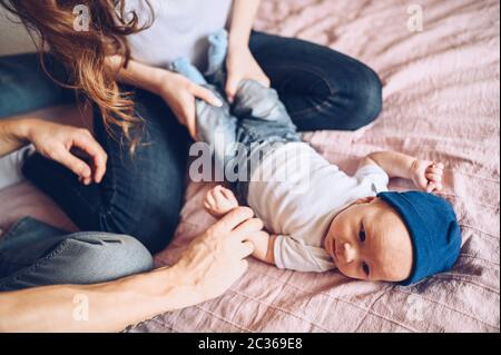 Primo piano ritratto di un felice genitori che tiene il loro bambino. Giovane famiglia felice, mamma e papà giocando con cute emotivo piccolo figlio neonato nel Foto Stock