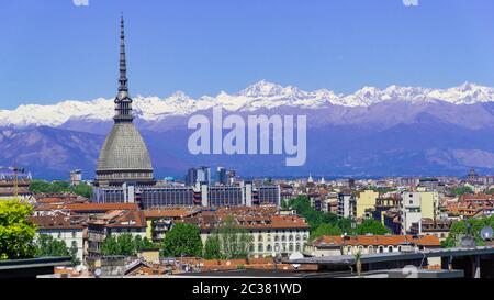 Torino Torino panorama aereo in timelapse con Mole Antonelliana, Monte dei Cappuccini e le Alpi sullo sfondo. Italia, Piemonte, Torino.