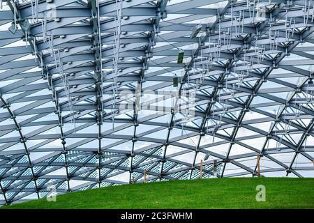 Tetto di vetro del padiglione nel parco di Mosca Zaryadye Foto Stock