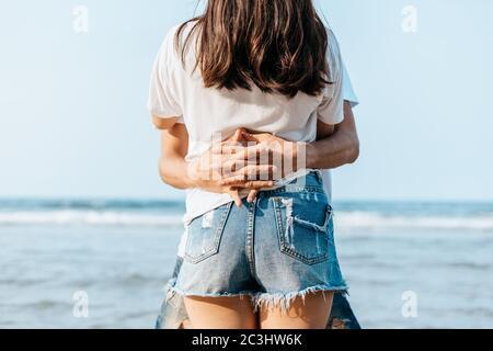 Una coppia romantica che ama e abbraccio sulla spiaggia. Foto Stock