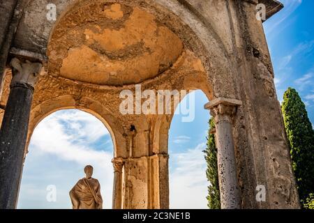 Ctober 14, 2018 - Ravello, Campania, Italia - il piccolo tempio con la Statua dei Ceri, sulla Terrazza dell'Infinito, in Villa Cimbrone, sull'Amale