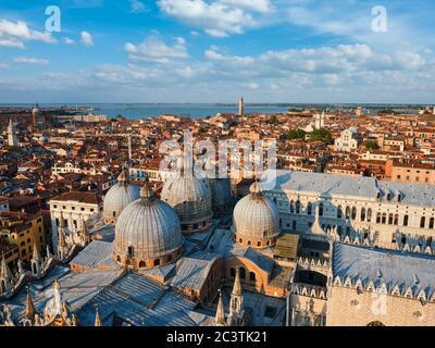 Vista aerea di Venezia con la Basilica di San Marco e il Palazzo Ducale. Venezia, Italia