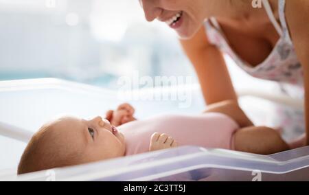 Ritratto di bella mamma amorosa che gioca i primi giochi con il suo bambino Foto Stock