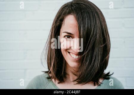 Ritratto di donna felice con capelli castani