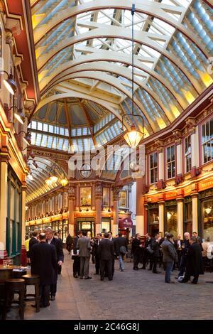 Leadenhall Market pub in sera, Londra, Inghilterra, Regno Unito, Europa