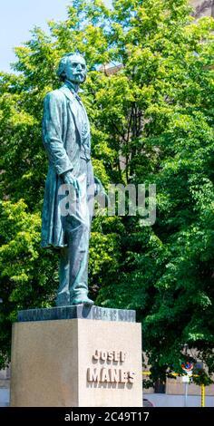 PRAGA, REPUBBLICA CECA - 03 GIUGNO 2020: Statua del famoso pittore ceco Josef Manes vicino Rudolfinum Music Hall, Piazza Palach, Praga, Repubblica Ceca.