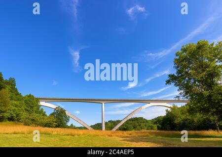 Il ponte Natchez Trace Parkway è una struttura a doppio arco situata all'inizio della storica strada del Tennessee.