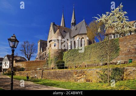 Chiesa di San Martino e mura cittadine con torre Engelsturm in primavera, Germania, Nord Reno-Westfalia, Sauerland, Olpe
