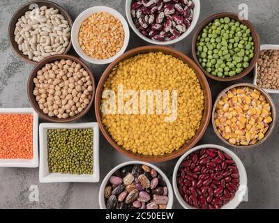Il concetto di alimentazione sana. Legumi diversi in primo piano. Foto Stock