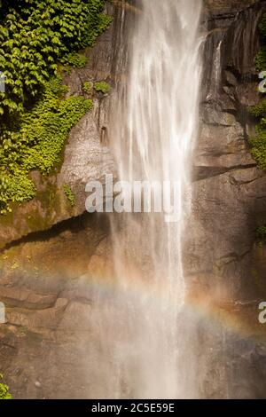 Arcobaleno sulla cascata Sekumpul a Bali