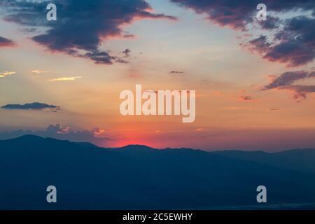 Tramonto sulla Valle della morte, vista dalla vista di Dante Foto Stock