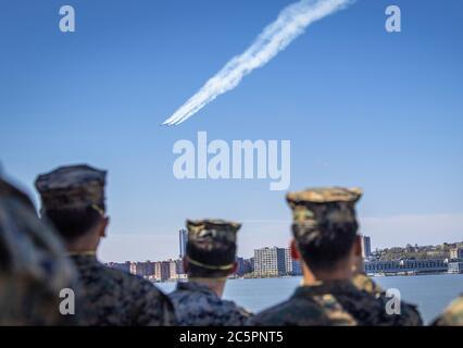 Manhattan, Stati Uniti d'America. 29 aprile 2020. NEW YORK (28 aprile 2020) lo Squadrone di dimostrazione del volo della Marina militare statunitense, gli Angeli Blu e lo Squadrone di dimostrazione dell'aria dell'aeronautica militare statunitense, gli uccelli del Thunderbirds, onorano i soccorritori della linea di fronte COVID-19 e i lavoratori essenziali con un volo di formazione sopra New York City. Una formazione di sei aerei F/A-18C/D Hornet e sei F-16C/D Fighting Falcon, conduce i flyovers come un saluto collaborativo per gli operatori sanitari, i soccorritori, i militari e altro personale essenziale. Credit: Storms Media Group/Alamy Live News