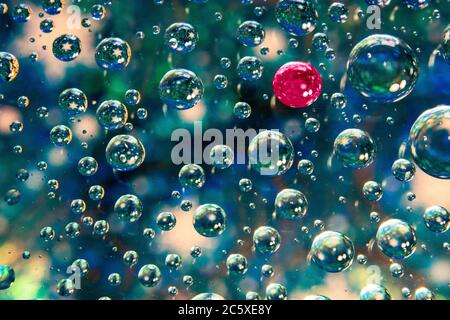 Unicità, che si levano in piedi fuori dalla folla l'acqua astratta cade in fondo blu Foto Stock