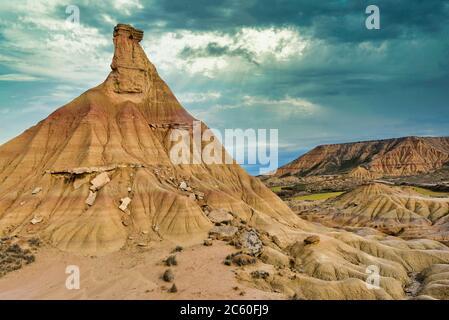 Castildeterra rock formazione nella Bardena Blanca area delle Bardenas Riales parco naturale, Navarra, Spagna. Foto Stock