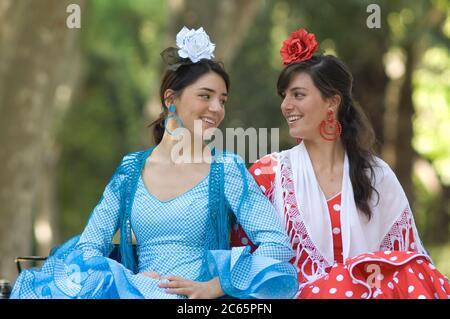 Due sorridenti ballerini di flamenco alla Feria de Abril, Siviglia, Andalucía, Spagna Foto Stock