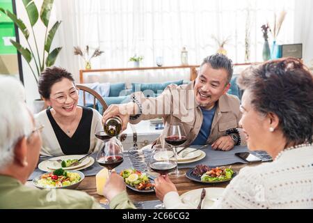 Una coppia di amici in soggiorno che cena insieme