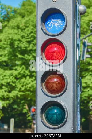 Berlino, Germania, 6 maggio 2020: Dettaglio di un semaforo per ciclisti