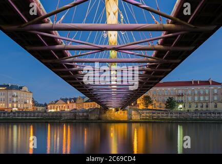 Padre Bernatek ponte pedonale a Cracovia, Polonia visto dal basso Foto Stock
