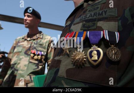 Fort Hood, Texas 25 luglio 2003: I membri del 1° Battaglione, 227° Reggimento dell'Aviazione dell'Esercito degli Stati Uniti, tra cui l'ex CW2 di POW David Williams e CW2 Ronald Young, ricevono lodevoli per il loro recente servizio in Operation Iraqi Freedom, alle cerimonie di venerdì all'aeroporto Robert Grey Army. I due piloti di elicotteri Apache sono stati abbattuti e tenuti a Bagdad in marzo durante i giorni di apertura della guerra. Identificazione delle medaglie, da sinistra a destra, medaglia di bronzo; medaglia d'aria con Valor; cuore viola e medaglia del prigioniero di guerra. ©Bob Daemmrich Foto Stock