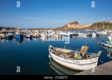 Vista sul porto turistico verso l'antico castello, Castelsardo, provincia di Sassari, Sardegna, Italia, Mediterraneo, Europa