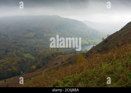 Rydal cadde e Rydal Water di Loughrigg cadde in un giorno di autunno nel Lake District National Park, Cumbria, Inghilterra. Foto Stock