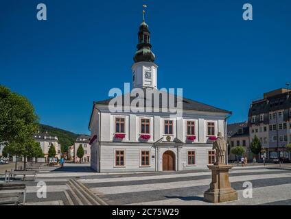 Municipio, statua di San Giovanni di Nepomuk, a Masarykovo namesti nella città di Jesenik, Slesia Ceca, Olomouc Regione, Repubblica Ceca Foto Stock