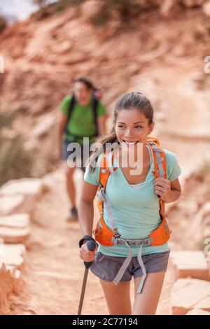 Persone escursionistiche del Grand Canyon. Coppia escursionista che si gode escursione sul South Kaibab Trail, bordo sud del Grand Canyon, Arizona, Stati Uniti. Giovani escursionisti multirazziali Foto Stock