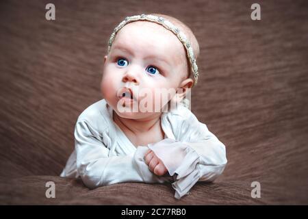 Espressione facciale closeup della ragazza del bambino Foto Stock