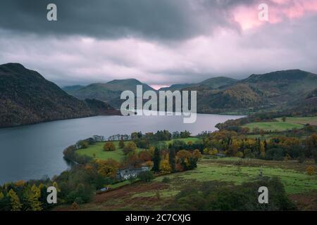 La vista serale autunnale su Ullswater e Aira Point da Gowbarrow cadde nel Lake District National Park, Cumbria, Inghilterra. Foto Stock