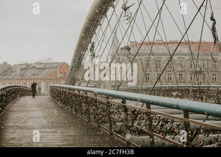 Sul ponte Padre Bernatek nella città polacca di Cracovia durante la nevicata in inverno Foto Stock
